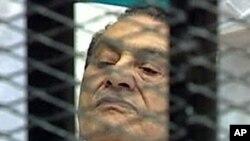 អតីតប្រធានាធិបតីអេហ្ស៊ីប Hosni Mubarak នៅក្នុងបន្ទប់តុលាការក្នុងអំឡុងសវនាការរបស់លោក នាទីក្រុងគែរប្រទេសអេហ្ស៊ីប កាលពីថ្ងៃទី៣ខែសីហាឆ្នាំ២០១១។