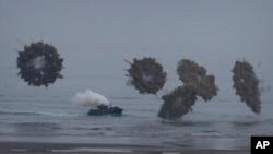 29일 충남 태안 안면도 인근 해상에서 열린 해군·해병대 합동상륙훈련에 참가한 상륙돌격장갑차가 연막탄을 터트리고 있다.