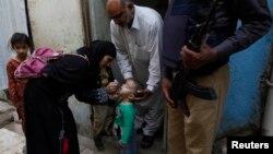 Petugas kesehatan Pakistan memberikan vaksin polio kepada anak-anak di kota Karachi (9/3).