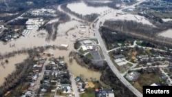 Jalan-jalan dan rumah yang digenangi banjir setelah hujan deras yang turun selama berhari-hari dan mengakibatkan banjir, terlihat dari udara di Union, Missouri, 29 Desember 2015.