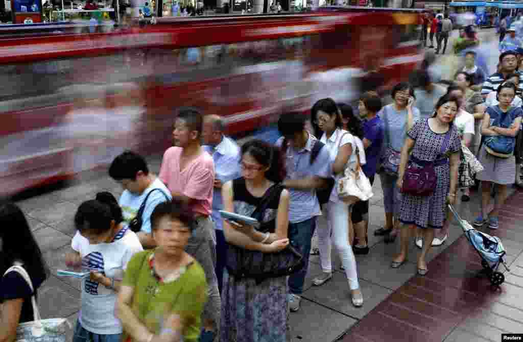 Người dân xếp hàng chờ mua bánh trung thu tại Thượng Hải, Trung Quốc.