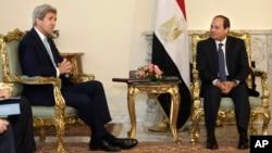 Le président égyptien Abdel-Fattah el-Sissi (d) rencontre le secrétaire d'Etat américain John Kerry au palais présidentiel au Caire, en Egypte, le mercredi 18 mai 2016. (AP Photo / Amr Nabil)