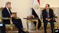 Presiden Mesir Abdel-Fattah el-Sissi (kanan) menerima kunjungan Menlu AS John Kerry di Kairo, Rabu (18/5).