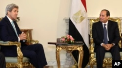 Egyptian President Abdel-Fattah el-Sissi, right, meets with U.S. Secretary of State John Kerry at the presidential palace in Cairo, Egypt, Wednesday, May 18, 2016.