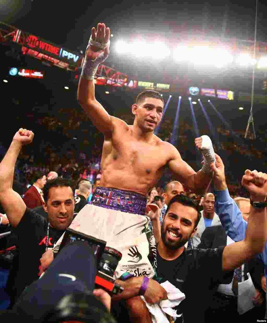 جیت کی خوشی میں تماشائیوں نے عامر خان کو کندھوں پر اٹھایا ہوا ہے۔