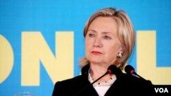 Menlu AS Hillary Clinton saat menghadiri KTT ASEAN di Hanoi tahun lalu.
