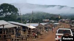 La brume enveloppe les montagnes de Simandou à Beyla, Guinée, 4 juin 2014. (Photo REUTERS/Saliou Samb)