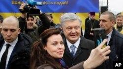 Ukrajinski predsjednik Petro Porošenko slika se sa pristalicama u Kijevu