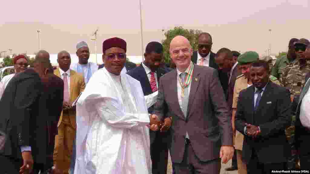 Gianni Infantino et Mohamadou Issoufou ont coupé le ruban pour l'inauguration, à Niamey, Niger, le 28 février 2017. (VOA/Abdoul-Razak Idrissa)