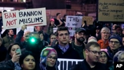 抗议者聚集在哈佛大学的哈佛广场抗议川普总统的旅行禁令。(2017年3月7日)