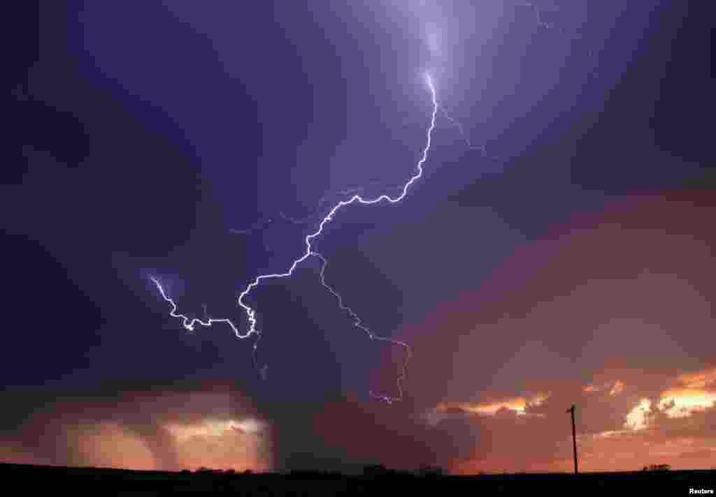 رعد و برق شدید، خبر از توفان هایی می دهد که به زودی از راه می رسد - آرچر، ایالت تگزاس، ۲۳ آوریل ۲۰۱۴