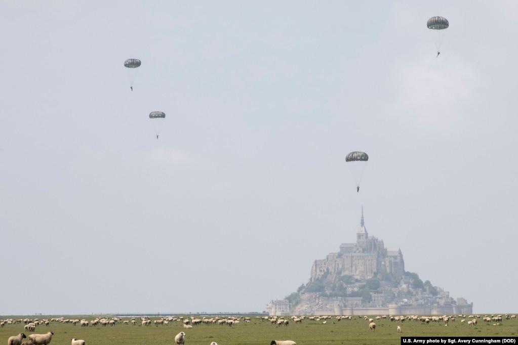 Солдаты армии США, назначенные в 10-ю группу специальных сил (ВДВ), проводят воздушно-десантную операцию вблизи острова Мон-Сен-Мишель, Коммуна Авранш, Франция, 18 мая 2019 года.