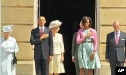 Le couple présidentiel américain écoutant l'hymne national des Etats-Unis