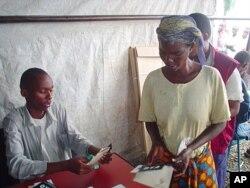 Une Burundaise se prépare à voter dans un référendum à Bujumbura (28 fév. 2005)