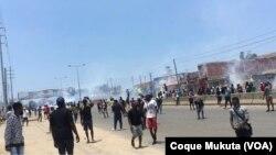 Polícia usa gás lacrimonégo para dispersar manifestantes em Luanda, Angola