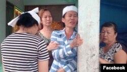 Chị Từ Thị Nhường đau đớn trước cái chết bất ngờ của chồng.