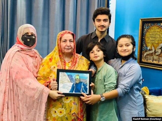 شہروز کاشف کی والدہ نادیہ کہتی ہیں جب وہ اپنے بیٹے کو کوہ پیمائی کی مہم کے لیے رخصت کرتی ہیں تو ان کا دل رو رہا ہوتا ہے۔