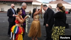 美國國務卿蓬佩奧和夫人抵達西太平洋島國密克羅尼西亞聯邦的國際機場時受到傳統儀式的歡迎。(2019年8月5日)
