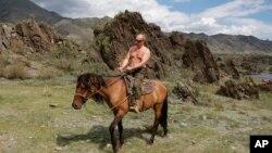 Ông Putin thường thể hiện một hình ảnh mạnh mẽ như cưỡi ngựa ở Siberia..