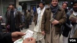 صرافان افغان می گویند که تهدیدهای امنیتی تنها متوجۀ جان آنان نبوده، بلکه اقاراب آنان نیز در معرض خطر قراردارند