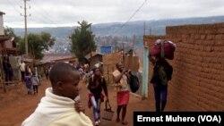 Certains dépendants des soldats habitant le camp Saio quittent le camp pour la cité, à Bukavu, RDC. (VOA/Ernest Muhero)