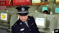 中國警察檢查國內網吧(資料圖片)
