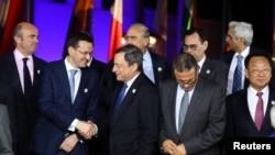 Le président de la Banque centrale européenne (BCE) Mario Draghi salue les participants en marge de la réunion des ministres des Finances et des gouverneurs des banques centrale à Baden-Baden, Allemagne, 17 mars 2017.