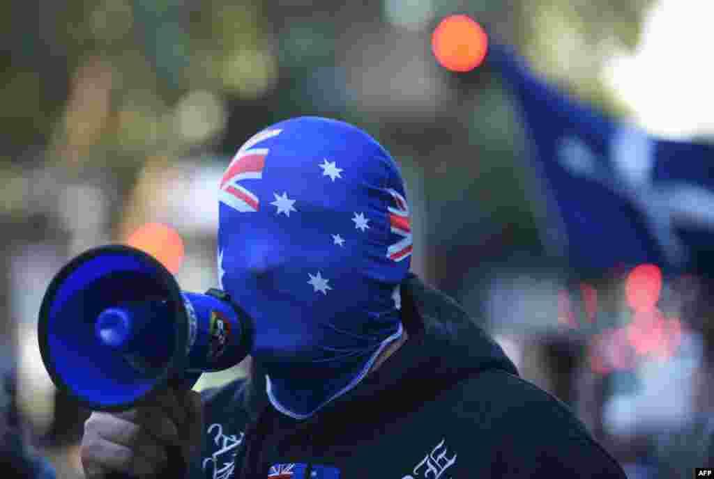 Seorang demonstran meneriakan slogan-slogan anti-Muslimdi luar Masjid Parramatta di kota Sydney, Australia.