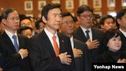 윤병세 한국 외교장관(왼쪽 두번째) 등 외교부 직원들이 2일 정부서울청사 외교부에서 시무식을 하고 있다.