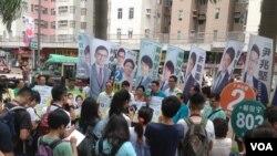 民主党在九龙大围地铁站外举行造势集会(美国之音海彦拍摄)