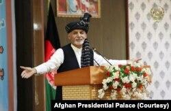 افغانستان کے صدر اشرف غنی نے ایک قانونی مسودے پر دستخط کیے ہیں جس سے بچوں کی پیدائش کے سرٹیفکیٹ کے ساتھ ساتھ شہریوں کے قومی شناختی کارڈ پر ماں کا نام بھی درج کرنے کی راہ ہموار ہو گئی ہے۔ (فائل فوٹو)