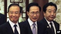 中国总理温家宝,韩国总统李明博,日本首相野田佳彦13日在北京人民大会堂出席记者会议