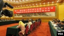 第十二届全国人大三次会议新疆代表团10日在北京人民大会堂举行媒体开放日活动 (美国之音东方拍摄)