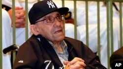 Yogi Berra es honrado por la Armada de Estados Unidos el museo de Nueva Jersey que lleva su nombre.