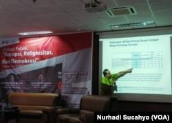 Direktur Eksekutif LSI Kuskridho Ambardi memaparkan hasil survei LSI di Yogyakarta, Rabu, 26 September 2018. (Foto: Nurhadi Sucahyo/VOA)