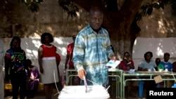 Un électeur en train de voter à Bissau, la capitale Bissau-Guinéenne, pour un nouveau président et un nouveau législateur, le 13 avril 2014.