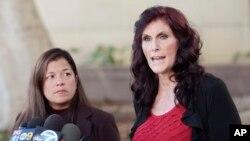 """Cindy Lee Garcia (kanan), salah satu artis yang ikut berperan dalam film """"Innocence of Muslims"""" didampingi pengacaranya, M. Cris Armenta saat menghadiri konferensi pers sebelum dimulainya sidang di pengadilan Los Angeles (Foto: dok)."""