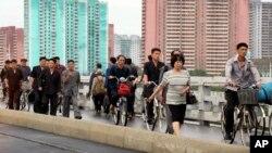 출근길 평양 시민들이 다리 위를 분주하게 오가고 있다. (자료사진)