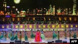 Пэн Лиюань выступает на церемонии в честь 10-й годовщины воссоединения с Гонконгом. 30 июня 2007 г.