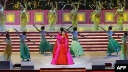 Bà Bành Lệ Viên biểu diễn tại lễ kỉ niệm 10 năm Hồng Kông được trả về Trung Quốc, 30/6/2007.