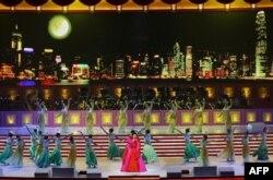 彭丽媛2007年6月30日在香港回归十周年庆典上演出。