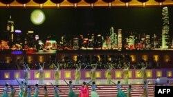 Nova primeira-dama da China Peng Liyuan actuando nas cerimónias de Reunificação de Hong Kong