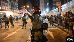 香港万圣夜防暴警察在旺角发射催泪弹试图驱散示威群众。(2019年10月31日)
