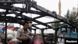 2013年3月27日南中国海离山岛的这艘越南渔船据称遭到中国船只袭击