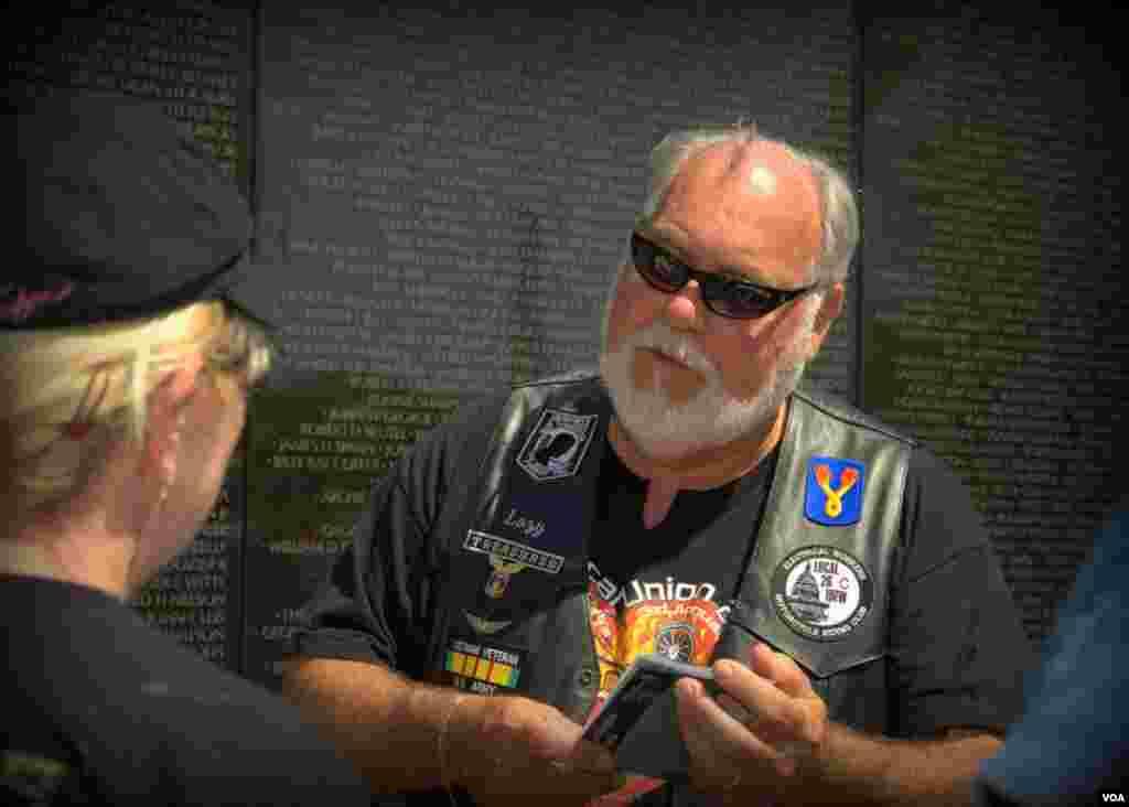 Ветераны Вьетнама у Вьетнамской стены