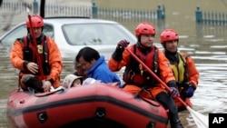 Các nhân viên cứu hộ đưa các nạn nhân bão lũ tới nơi an toàn hôm 21/2 ở San Jose.