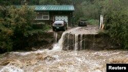 Sebagian warga di negara bagian Colorado menolak meninggalkan rumah mereka yang dilanda banjir besar.