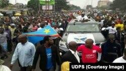 Le leader de l'opposition congolaise Félix Tshisekedi se dirige vers le lieu de son meeting accompagné d'une foule de ses partisans, Kinshasa, RDC, 24 avril 2018. (UDPS)