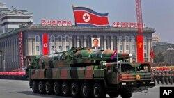 Un vehículo norcoreano lleva misiles balísticos durante un desfile militar en Pyongyang. Corea del Norte amenaza con una nueva prueba nuclear.