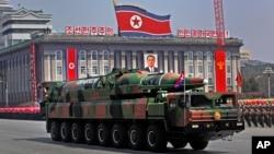Un vehículo norcoreano carga lo que parece ser un misil en un desfile militar en Pyongyang. Corea del Sur ha descartado que se esté preparando otro ensayo nuclear en Corea del Norte.